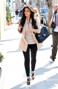 Kim-Kardashian-pantaloni-skinny-neri-giacca-sfiancata-rosa-cipria-e-borsa-chanel-QBB9